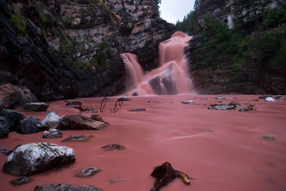 Neobična rijeka Cameron Falls  za kišnih dana kada se okolna zemlja sliva u rijeku.