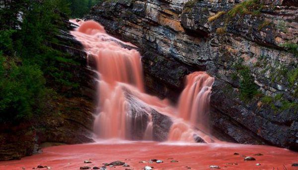 Cameron Falls, neobična rijeka bije juhe od rajčica zbog crvenih stijena koje je okružuju.