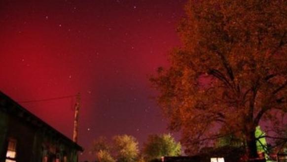 Neobično crveno polarno svijetlo nad centralnim dijelom SAD-a.
