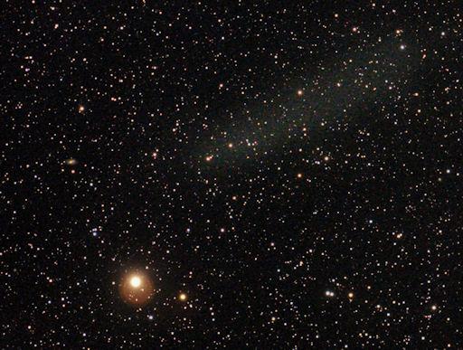 Posmrtni ostaci Elenina. Na slici se vidi pblak prašine koji je nastao nakon što je komet Elenin uništen snažnim solarnim vjetrom.