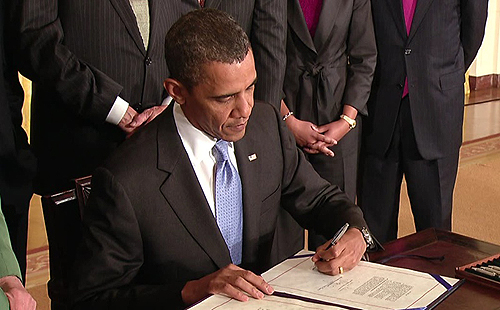 Predsjednik Obama u trenutku odobravanja zakona o obrambenoj autorizaciji.
