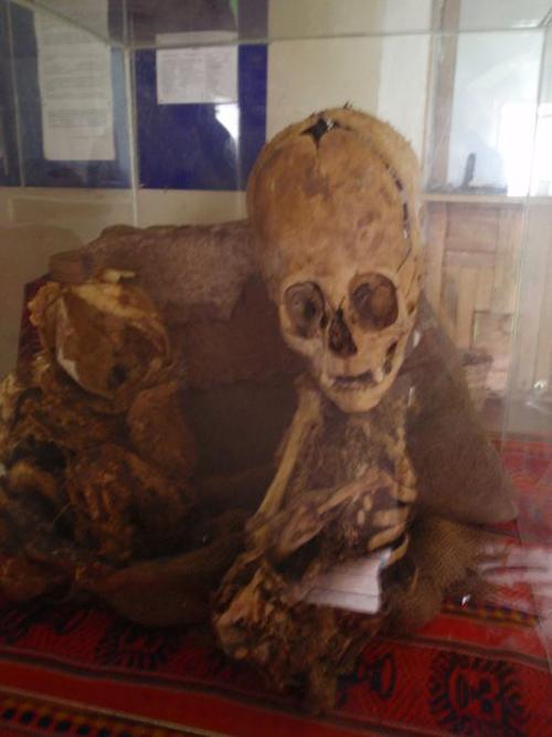 Produljena lubanja bebe, iako je tim koji je pronašao ovaj ostatak obećao DNK analizu, mi je još uvijek čekamo.