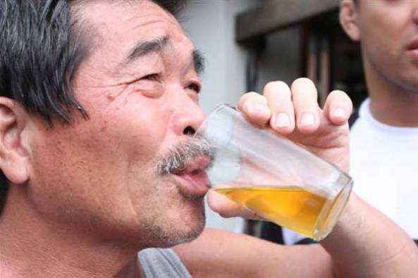 lyoto-machida-and-father-drink-urine2