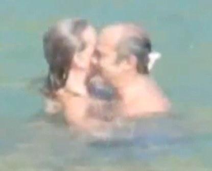 Biskup u zagrljaju s ljubavnicom.