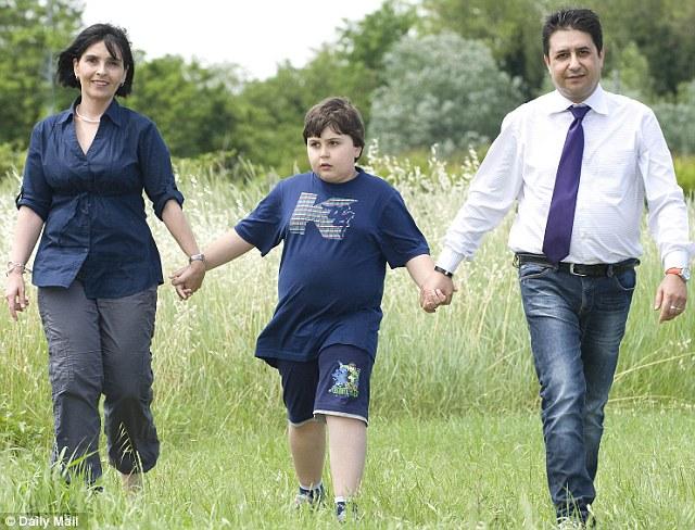 """Obitelji devetogodišnjeg autističnog dječaka Valentina Bocce, koji je razvio autizam nakon primljenog cjepiva MMR, talijanski sud je također isplatio odštetu. Sudac Lucio Ardigo se složio da je """"nedvojbeno utvrđeno"""" da Valentino boluje od """"autističnog poremećaja povezanog sa srednjim kognitivnim zastojem """", te da je njegova bolest  povezana s primanjem cjepiva."""