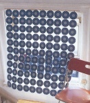 Sjenilo za prozor od starih cd-ova koji su povezani većim spajalicama za papir.