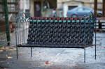 Klupa napravljena od starog metalnog okvira kreveta i spletenih unutrašnjih guma bicikla.