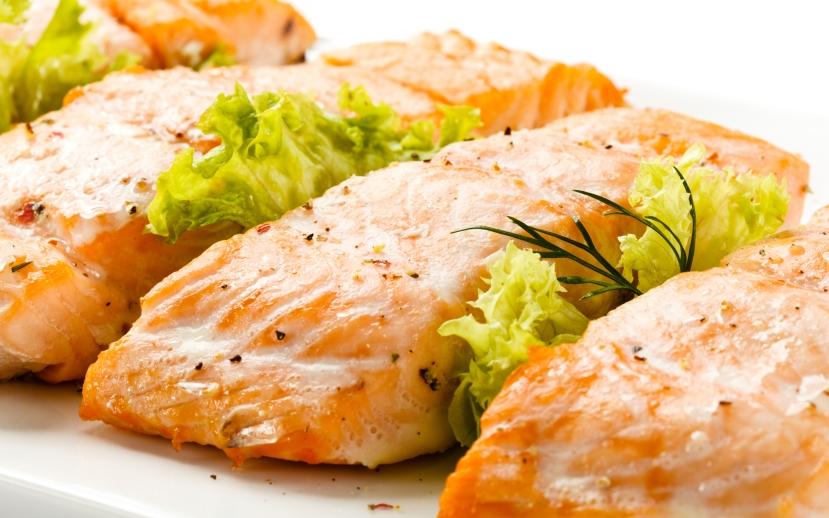 100 gr lososa sadrži: masti 3,45, proteina 19,94 a ugljikohidrata 0. Toplo preporučamo.