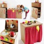 Vaše dijete se naravno voli puno igrati, a dječje igračke su uglavnom skupe. No vi možete sami izraditi preslatku malu kuhinju za vašu djevojčicu uz pomoć kartona i malo ljepila. isto tako možete napraviti i radionicu s alatom za vašeg dječaka.