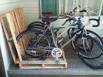 Još jedan način koištenja paleta za držanje vaših bicikla.
