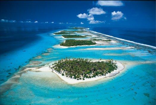 Rangiroa na Tahitiju je jedan od najpoznatijih i po mnogima najljepši atol na svijetu, iako se smatra turističkim rajem, ljudi s Tahitija i te kako paze da se održi prirodna ravnoteža, koraljni grebeni na Tahitiju su jedni od najočuvanijih.