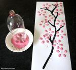 Savršene latice cvjetova možete napraviti ako umočite dno plastične flaše u boju.