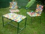 Stari stol i stolice za vrt mogu dobiti novo ruho ako upotrijebimo plastične čepove kao dekor.