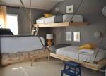 Kreveti mogu biti pričvrščeni užadima za zid, kao na brodovima