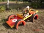 Dječji auto za igru od starih guma i starih vrata