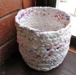 Ova pletena košara izrađena je od najlon vrećica koje se izrežu na trake, upletu u pletenice i zatim međusobno spajaju