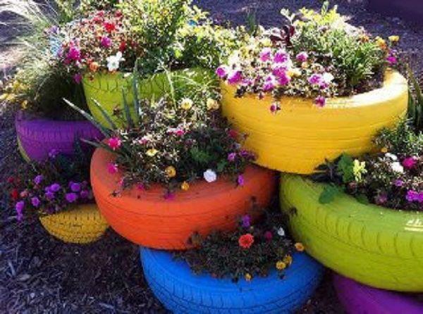 I od starih guma možete stvoriti šarene lonce za cvijeće.