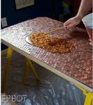 Stari stol se može preurediti s pomoću zaljepljenih novčića i epoksi smole