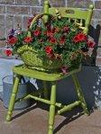 Od stare košare i stolice u nekoliko sati možete napraviti neobičan cvjetnjak.