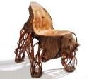 Fotelja od neobrađenog drva.