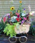 Stara kolica postala su lonac za cvijeće.