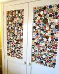 Vrata koja umjesto stakla imaju neku podlogu ukrašenu gumbima