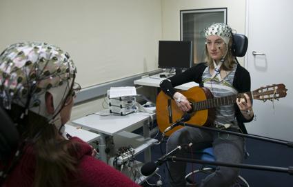 Sinkronizacija moždanih valova muzičara za vrijeme dueta. Fotografija vlasništvo Max Planck Instituta.
