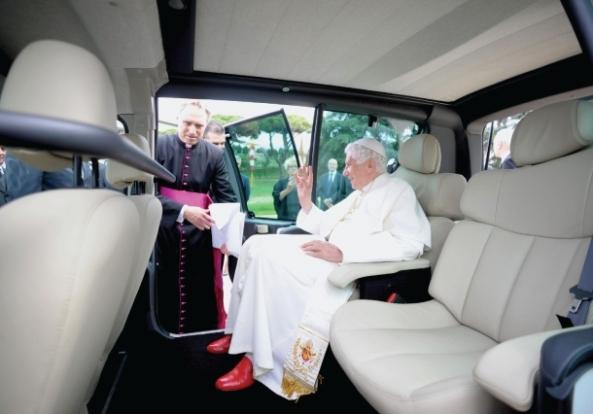 Papa u novom blindiranom električnom Renaultu.