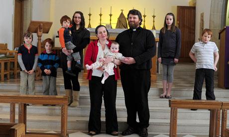 Katolički svečenik sa ženom i devetoro djece.