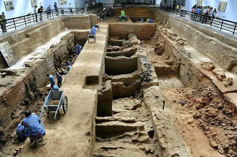 Vrh carskog mauzoleja, ispod nogu arheologa se nalazi najveća carska grobnica na svijetu.