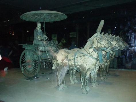 Brončani prikaz cara Qin Shi Huanga u kočiji, sve to u prirodnoj veličini.