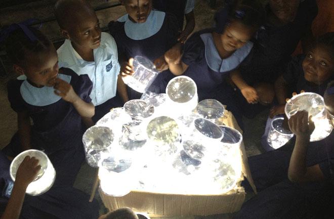Radost djece u Africi kojima je umjetna svjetlost čisti luksuz.