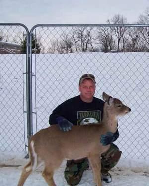 """Gospodin Jeff Counceller sa mladom srnom Dani, prije nego li je """"pobjegla"""" u divljinu."""