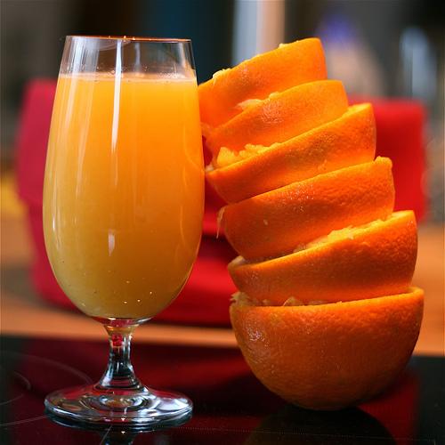500 miligrama vitamina C je iznos za oko šest čaša soka od naranče. Preporučeni dnevni unos vitamina C za odrasle je 90 mg.