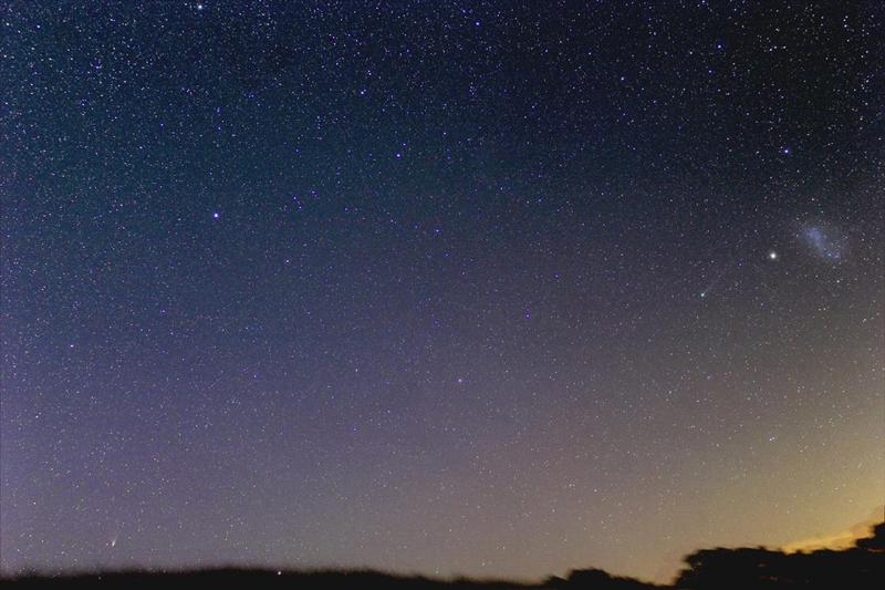 Fotografija Justina Tilbrooka, komete možete vidjeti u donjem desnom kutu i na desnoj strani slike.