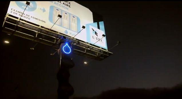 Na billboardu se čak može i vidjeti koliko je vode skupljeno u rezervoaru koji se nalazi u stupu nosača billboarda.