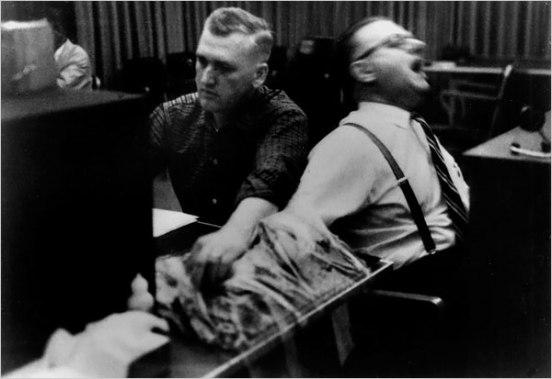 """Milgramov eksperiment je pokazao kako ljudi lako zaboravljaju na etičke, moralne i nadasve empatične norme, te lako od ljudi postaju """"mučitelji"""" sa sociopatskim elementima."""