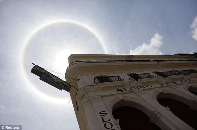 Ledeni kristali i solarni luk nad tropskom Havanom.