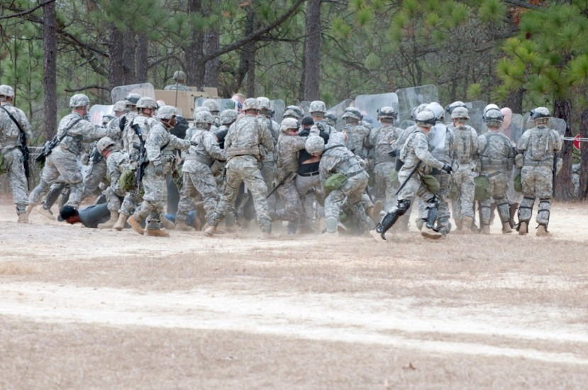 Na slici možete vidjeti vojnike trećeg bataljuna 321. Artiljerijske regimente 18 brigade u vježbi koja je trebala poslužiti kao pokazni primjer kako spriječiti civilne nemire na području SAD-a.