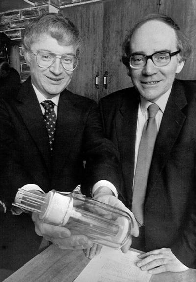 Martin Fleischmann i Stanley Pons sdijelom tehnologije, s kojom su, kako kažu, stvorili prvu poznatu stabilnu i kontroliranu nuklearnu fuziju.