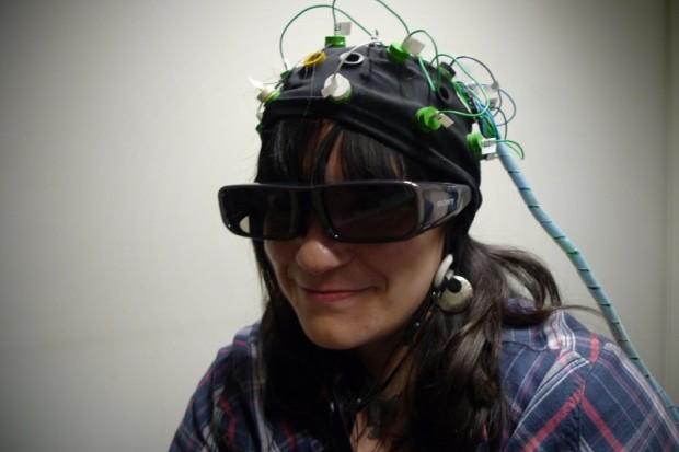Oprema za ispitivanje podsvjesnih radnju ljudskog uma koje se dogašaju prilikom gledanja reklama - naočale za praćenje pokreta očiju u kombinaciji s EEG-om.