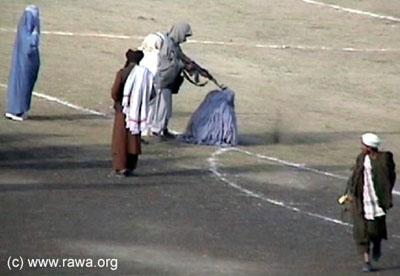 """Javno pogubljenje Zarmeene majke dvoje djece - optužene za mužeumorsto, ona je godinama bila žrtva obiteljskog nasilja. Talibani su zahvaljujući religijskom fundamentalizmu žene pogubljavali na nogometnim igralištima kako bi svjetina mogla """"uživati u spektaklu."""""""