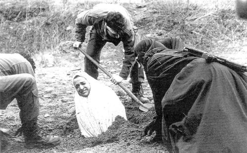 """Jedna od rijetkih fotografija pripreme kamenovanja u revolucionarnom Iranu,  vjerski fanatizm u potpunosti smatra kako su ovakve kazne """"poštene i pravedne."""""""