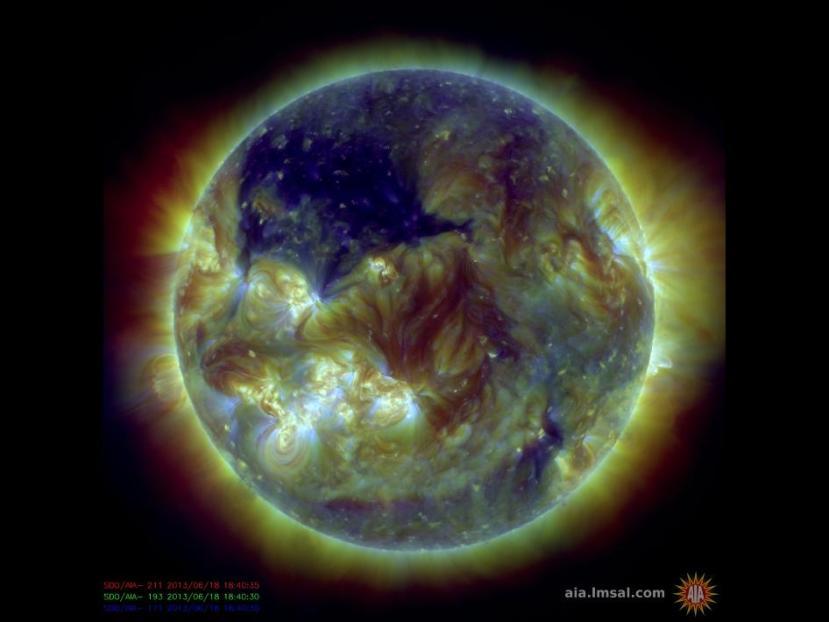 Snimka SDO-a iz lipnja ove godine, na slici vidite ogromnu rupu u solarnoj koroni - označena tamno plavom bojom.