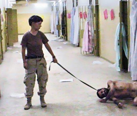 Lynndie Engalnd drži na uzici onesviještenog iračkog zatvorenika.