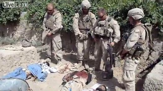 Marinci uriniraju po ubijenim afganistancima.