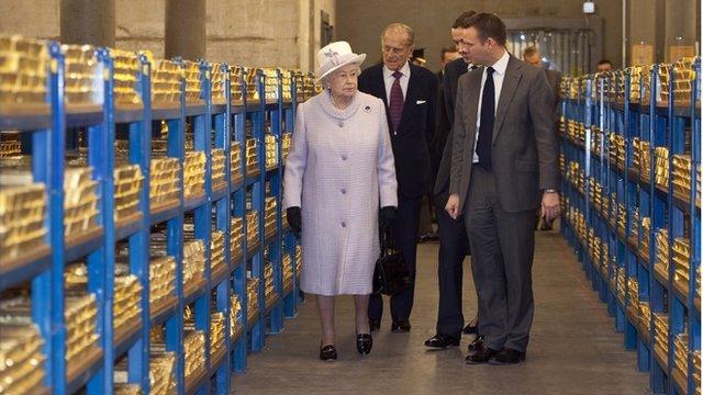 Kraljica Elizabeta II u posjeti trezoru Nacionalne Banke Engleske u kojoj se još uvijek čuvaju nacističke zlatne poluge.