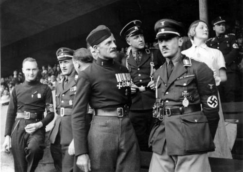 Sir Mosley u crnokošuljaškoj uniformi na skupu fašističkih i nacističkih stranaka u Nurembergu 1933., godine.