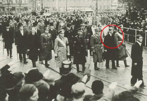 Na fotografiji vidite Philipa vojvodu od Edinburgha na sprovodu svoje sestre Cecilije, okruženoh nacističkim oficirima, . slika je snimljena 1937. godine.
