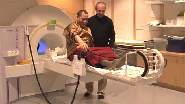 Budistički redovnik za vrijeme istraživanja učinaka meditacije na ljudski mozak.